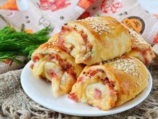 Закусочные слойки-рулетики с ветчиной и сыром
