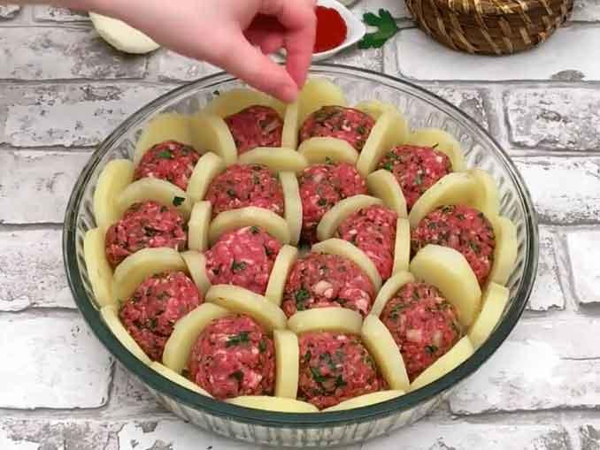 Фрикадельки с картофелем и соусом бешамель: вкусно и оригинально!