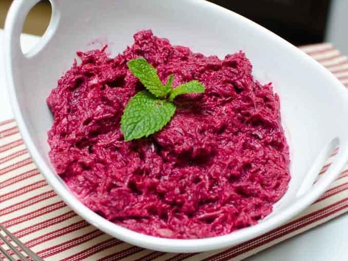 Салат из сырой свеклы с чесноком и орехами