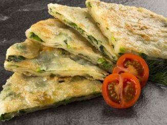Тонкие пироги из бездрожжевого теста в форме полумесяца – традиционное блюдо азербайджанской и турецкой кухни. Для их приготовления не нужна духовка, что важно в дачных условиях.