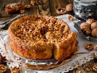 От этого яблочного пирога с ореховой крошкой оторваться невозможно!