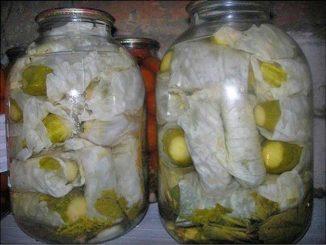 Огурцы в капустных листьях
