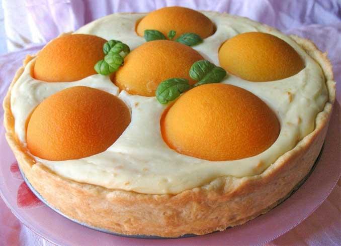 Нежный творожный пирог с консервированными персиками
